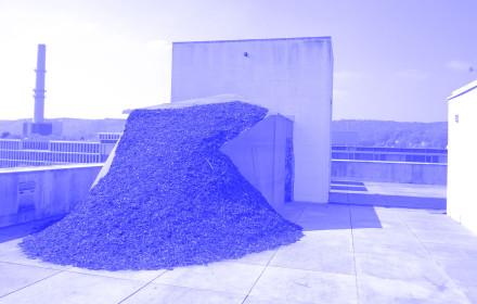Natascha-Sadr-Haghighian-I-Ärger-im-Paradies-I-Bundeskunsthalle-Bonn-I-Studio-Violet_blue